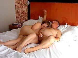 дрочит мужу в постели госпожи